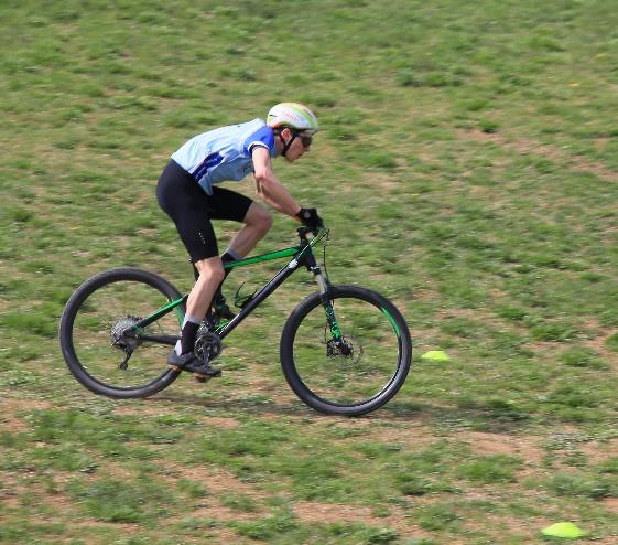 Ein Bild, das Gras, draußen, Mann, Fahrrad enthält. Automatisch generierte Beschreibung